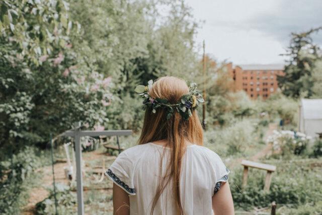 kvinna i trädgård med blommor i håret